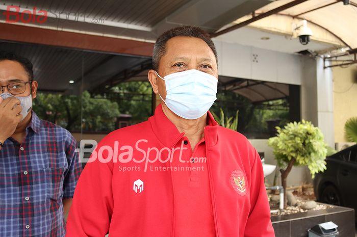Direktur Operasional PT LIB (Liga Indonesia Baru), Sudjarno, memberikan keterangan kepada awak media seusai bertemu Polri untuk membahas status kompetisi pramusim di Mabes Polri, Jakarta, 15 Februari 2021