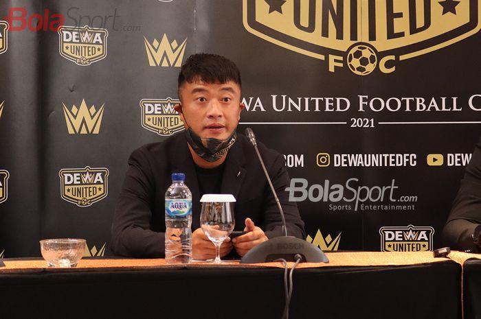 CEO Dewa United, Kevin Hardiman, sedang memberikan keterangan kepada awak media di Hotel JHL Solitaire, Tangerang , Banten, 22 Februari 2021.