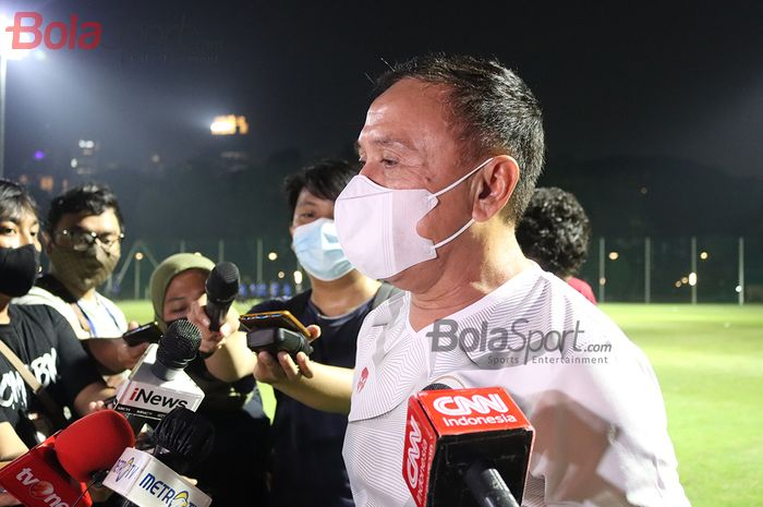 Ketua Umum PSSI, Mochamad Iriawan, sedang memberikan keterangan kepada awak media setelah memantau timnas U-22 Indonesia di Lapangan D, Senayan, Jakarta, 2 Maret 2021.