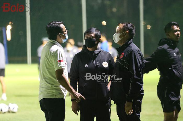 Ketua Umum PSSI, Mochamad Iriawan, dan Direktur Teknik PSSI, Indra Sjafri, beserta jajarannya sedang berkomunikasi di tengah latihan timnas U-22 Indonesia di Lapangan D, Senayan, Jakarta, 2 Maret 2021.