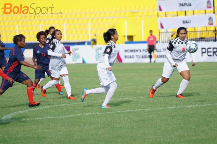 Pertandingan tim sepak bola wanita Papua melawan Bali pada laga Pertiwi Cup Road to Asian Games 2018