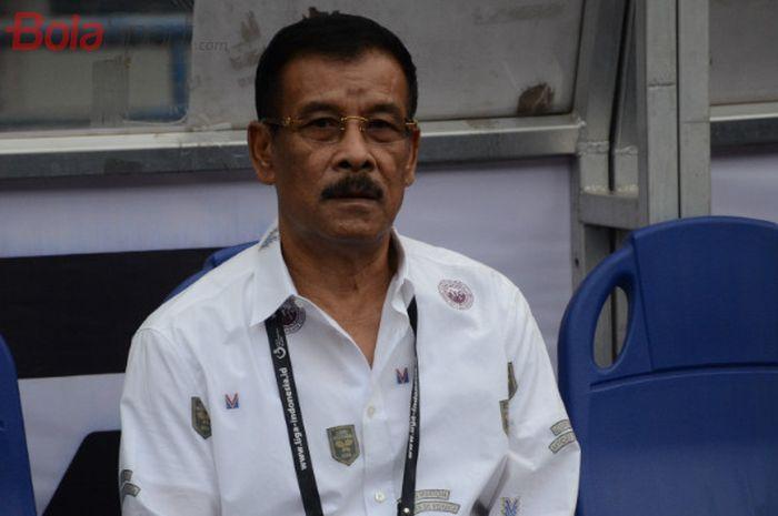 Manajer Persib Bandung, Haji Umuh Muchtar sebelum laga Persib Bandung vs Arema di Stadion Gelora Bandung Lautan Api (GBLA).