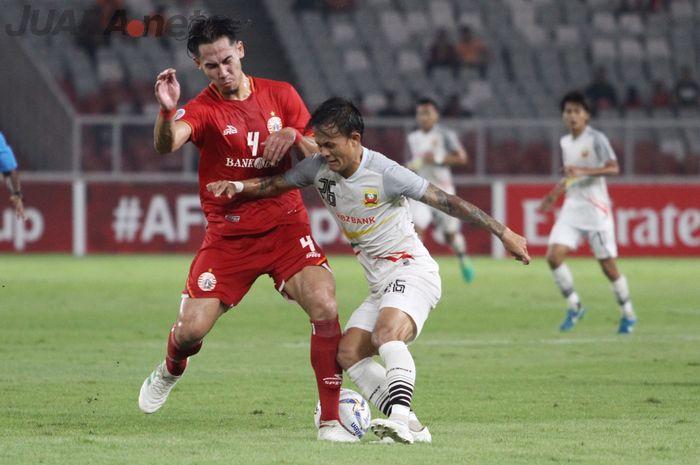 Bek Persija Jakarta, Ryuji Utomo, berduel dengan pemain Shan United, Set Phyo Wai, pada laga Piala AFC 2019, di Stadion Utama Gelora Bung Karno, Rabu (15/5/2019).