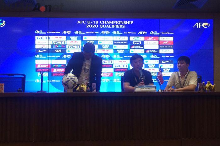 Pelatih Korea Utara, Park Kyong Bong, memberikan keterangan selepas pertandingan melawan timnas U-19 Indonesia.
