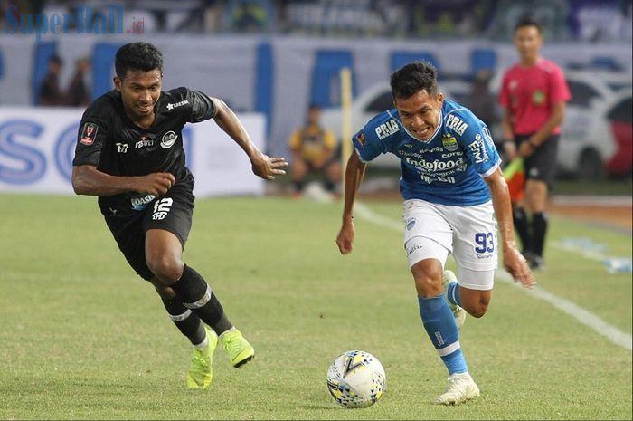 Gelandang Persib Bandung Beckham Nugraha (kanan) ditempel ketat bek PS Tira-Persikabo Rifad Marasabessy dalam laga pembuka Piala Presiden 2019 di Stadion Si Jalak Harupat, Soreang, Kabupaten Bandung, Sabtu (2/3/2019) sore WIB.