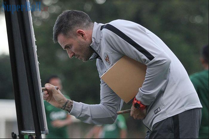 Pelatih Timnas Indonesia Simon McMenemy menuliskan konsepnya dalam latihan di Stadion Madya, Senayan, Jakarta, Jumat (8/3/2019).