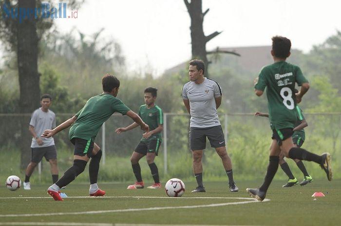Pelatih Timnas U-16 Indonesia Bima Sakti memantau latihan di National Youth Training Center (NYTC), Sawangan, Depok, Jawa Barat, Senin (13/5/2019), untuk Piala AFF U-16 2019.