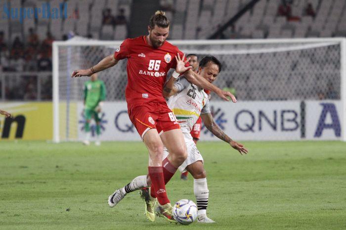 Bek Persija Jakarta, Steven Paulle, berduel dengan pemain Shan United, Set Phyo Wai, pada laga Piala AFC 2019, di Stadion Utama Gelora Bung Karno, Rabu (15/5/2019).