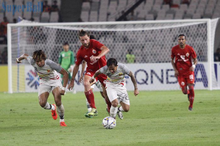 Bek Persija Jakarta, Steven Paulle, berusaha mengejar pemain Shan United, Set Phyo Wai, pada laga Piala AFC 2019, di Stadion Utama Gelora Bung Karno, Rabu (15/5/2019).