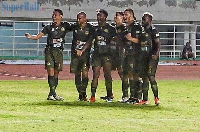Skuat Tira Persikabo merayakan gol yang dicetak Andi Setyo pada laga kontra Madura United di Stadion Pakansari, Kabupaten Bogor, Jumat (12/7/2019).