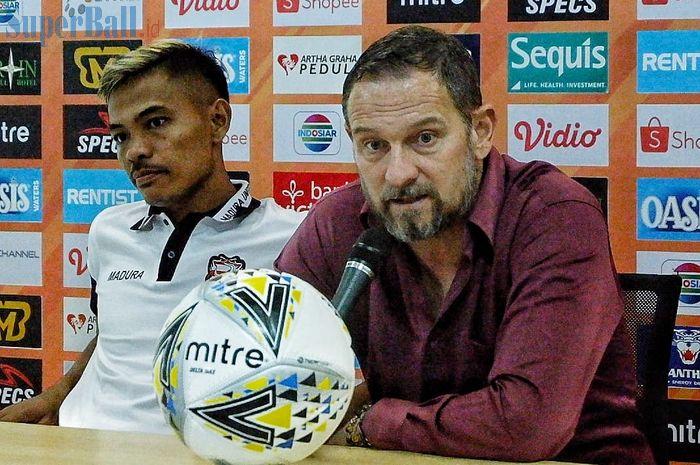 Pemain dan pelatih Asep Berlian serta Dejan Antonic saat memberikan keterangan pers pasca laga kontra Tira Persikabo, Jumat (12/7/2019).