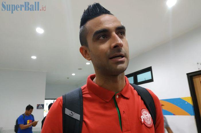 Bek timnas Indonesia, Otavio Dutra menjawab pertanyaan wartawan di Stadion Pakansari, Kabupaten Bogor, Minggu (25/8/2019).
