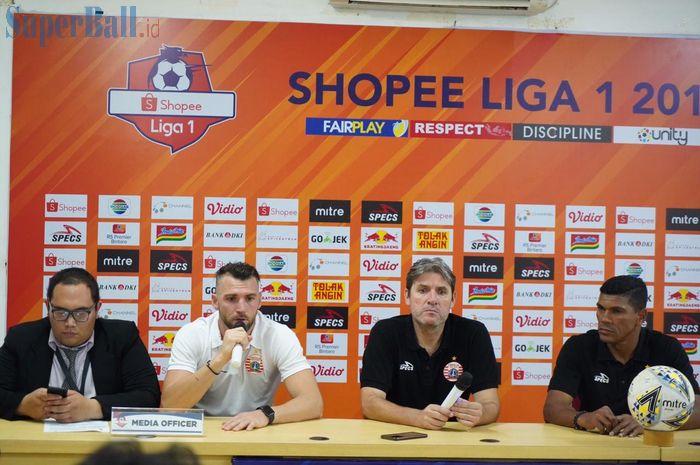 Pemain dan pelatih Persija Jakarta, Marko Simic serta Julio Banuelos saat memberikan keterangan pers pasca-kekalahan dari Perseru Badak Lampung FC, Minggu (1/9/2019).