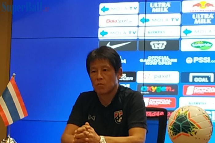 Pelatih timnas Thailand, Akira Nishino, saat memberikan keterangan pers di ruan media Stadion Utama Gelora Bung Karno (SUGBK), Senin (9/9/2019).