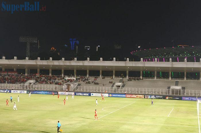 Suasana laga timnas U-16 Indonesia melawan Brunei Darussalam pada Kualifikasi Piala Asia U-16 2020 di Stadion Madya, Jakarta, Jumat (20/9/2019).