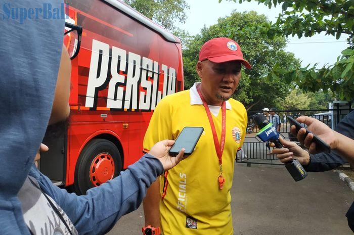 Caretaker pelatih Persija Jakarta, Sudirman seusai memimpin latihan pertamanya di Lapangan PSAU, Jakarta Timur, Sabtu (21/9/2019).