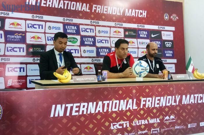 Asisten pelatih Iran, Amir Husein, memberikan keterangan setelah melawan timnas U-22 Indonesia