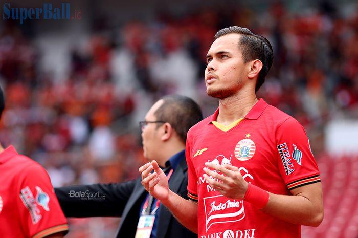 Bek Persija Jakarta, Rezaldi Hehanusa, sedang memasuki lapangan laga melawan Borneo FC di Stadion Gelora Bung Karno (1/3/2020)