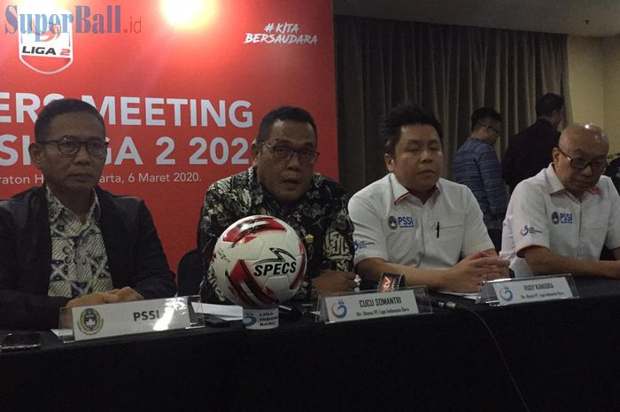 Direktur Utama PT Liga Indonesia Baru, Cucu Somantri kedua dari kiri setelah melakukan manager meeting kompetisi Liga 2 2020, di Hotel Four Point, Jakarta, Jumat (6/3/2020).