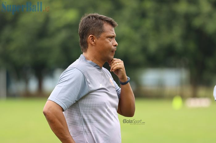 Pelatih Persija Jakarta, Sergio Farias, sedang memikirkan strategi ketika menjalani latihan di Lapangan Sutasoma, Halim, Jakarta Timur (11/3/2020)