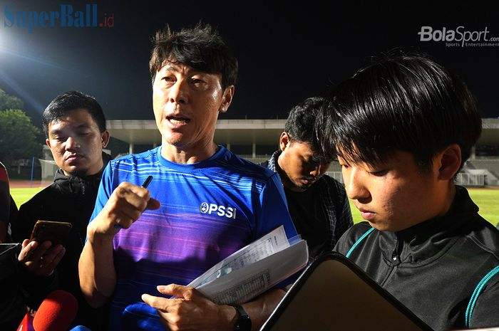 Pelatih timnas Indonesia, Shin Tae-yong, usai memimpin sesi latihan anak-anak asuhnya di Stadion Madya, Senayan, Jakarta Pusat, Jumat (14/2/2020).
