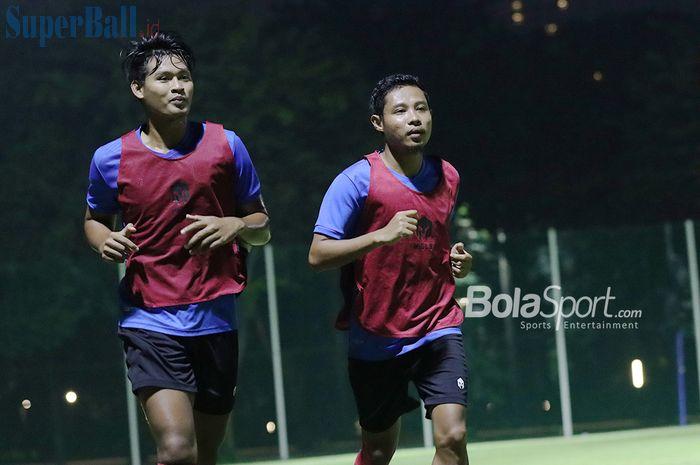 Septian Bagaskara (kiri) dan Evan Dimas (kanan) sedang melakukan jogging dalam pemusatan latihan timnas U-22 Indonesia di Lapangan D, Senayan, Jakarta, 2 Maret 2021.