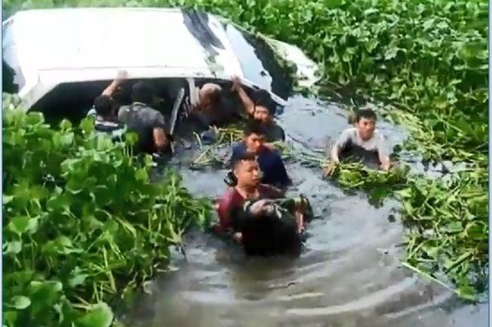 rombongan ibu-ibu bermobil masuk kolam kangkung