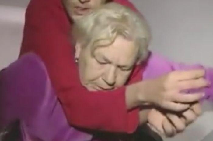 Ibu 60 tahun harus menggendong anak nya yang disabilitas dengan berat 80 kg setinggi 3 lantau