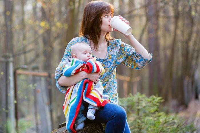 Moms yang sedang menyusui sebaiknya lebih bijak dalam mengonsumsi kopi