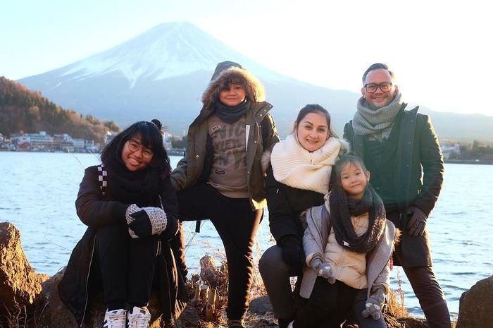 Mona Ratuliu dan Keluarga Berlibur ke Jepang