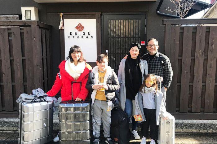 Liburan ke Jepang Mona Ratuliu dan Keluarga