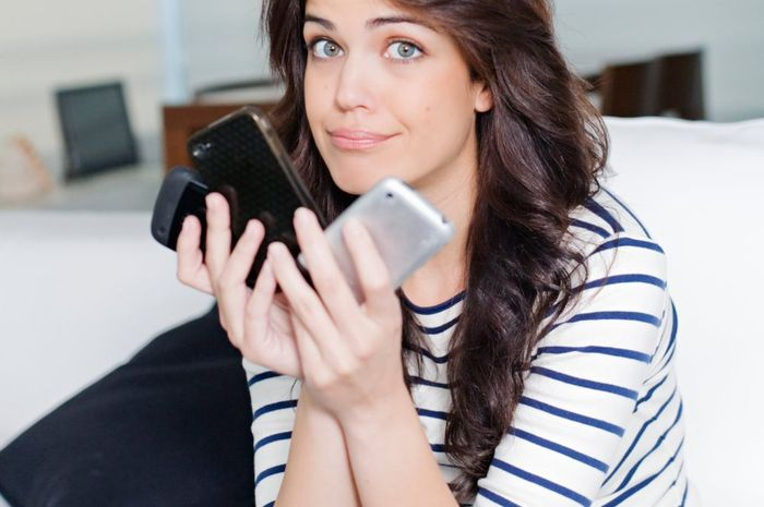 Keasyikan menggunakan ponsel malah membuat kulit wajah bermasalah.