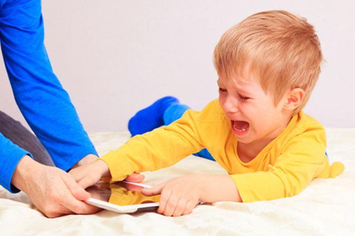 Lima tanda bahwa Moms mendidik anak yang manja
