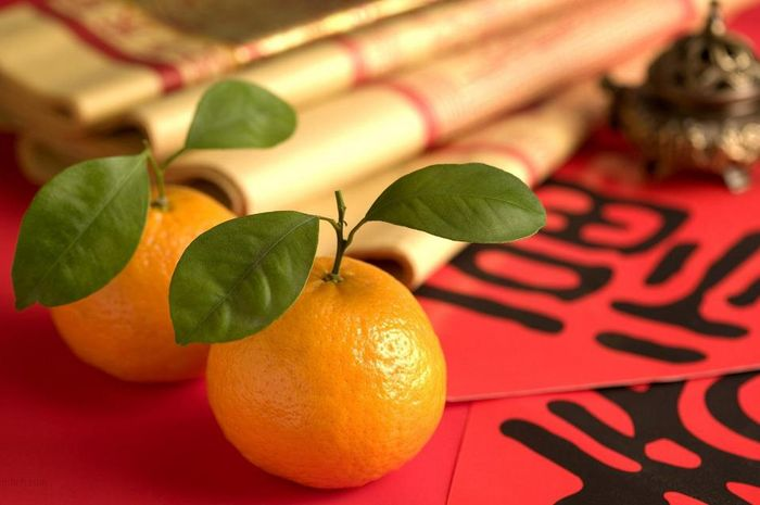 Warna oranye pada jeruk mandarin melambangkan rezeki dan kemakmuran maka itu selalu hadir pada peray