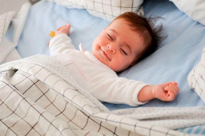 Kenapa bayi tidak perlu bantal saat tidur?