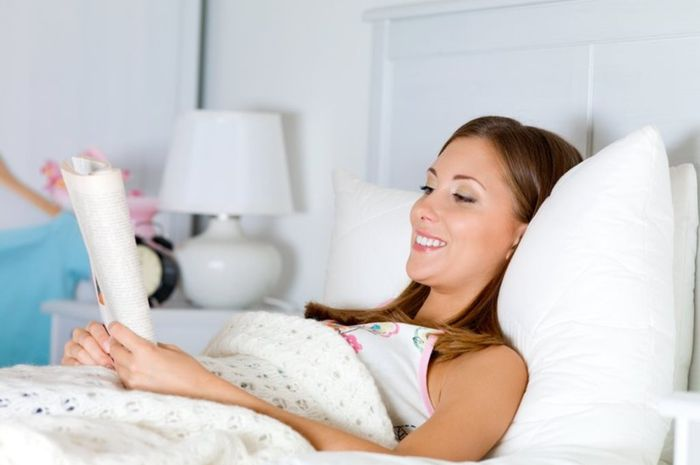 Salah satu relaksasi pascabersalina adalah meluangkan waktu dengan membaca agar bisa bersantai.