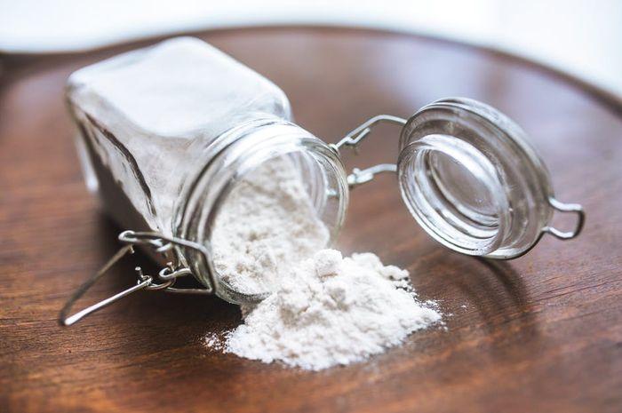 Pekerjaan rumah tangga seperti  menyapu, mengepel, mencuci, hingga membersihkan berbagai peralatan rumah tangga akan lebih mudah jika dibantu baking soda.