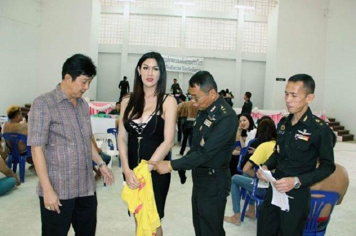 Ladyboy di Thailand mengikuti wajib militer.