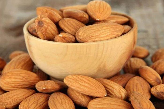 Kacang almond, salah satu makanan yang dapat meningkatkan kesuburan pada wanita.
