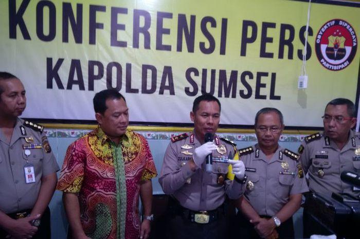 Kapolda Sumsel Irjen Pol Zulkarnain Adinegara saat gelar perkara di Rumah Sakit Bhayangkara, Palembang.