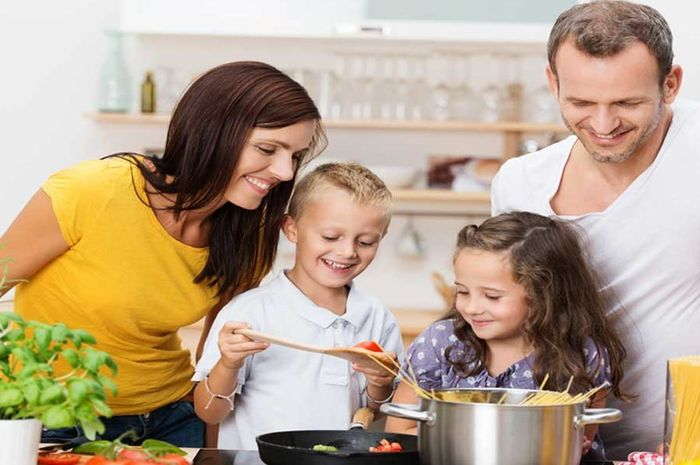 Ini manfaat mengajak anak memasak di dapur