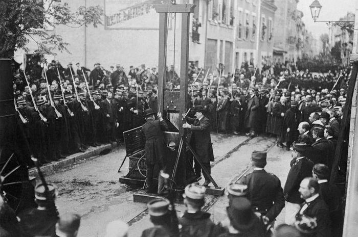 eksekusi mati menggunakan alat guillotine untuk memenggal kepala pelaku kejahatan marak di gunakan di Prancis zaman dulu.