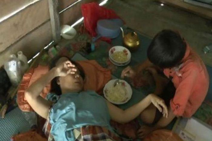 Supriono, bocah 12 tahun di Polewali manmdar sulawesi barat ini pilih berhenti sekolah demi merawat ibunya yang digerogoti tumor ganas