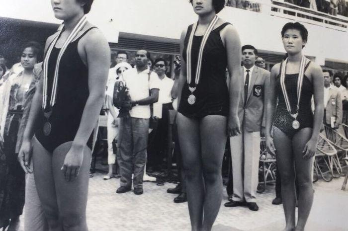 Lanny Gumulya saat meraih medali emas loncat indah 3 m Asian Games 1962.