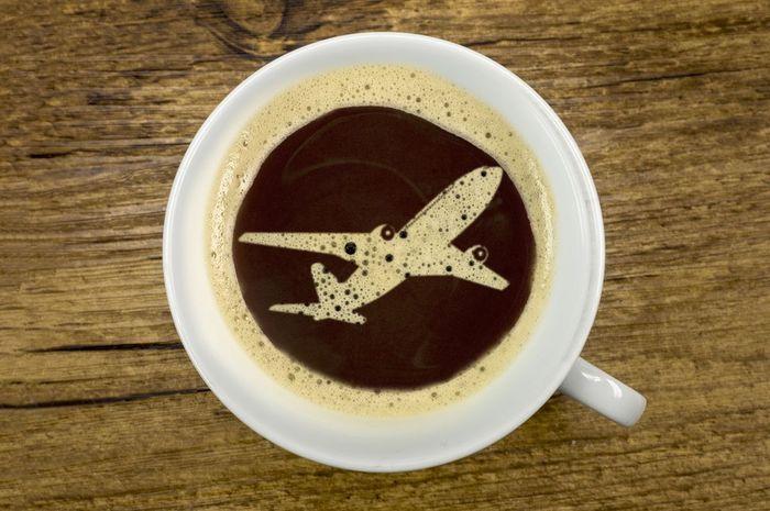 Mengonsumsi kopi sebelum terbang bisa memicu tubuh mengalami dehidrasi,
