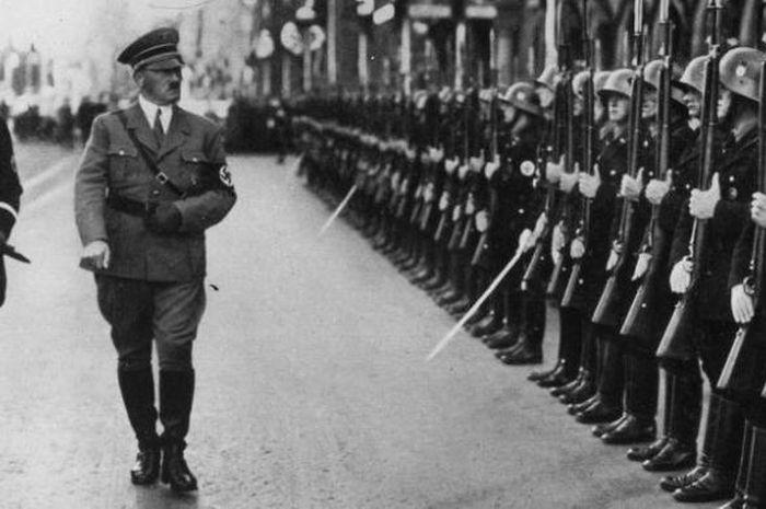 Hitler dan tentara pasukannya.