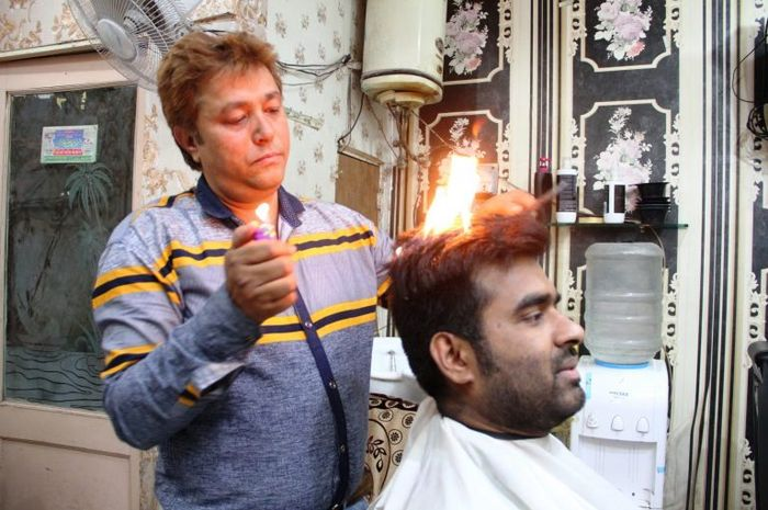 Nazim Ali menggunakan bubuk rahasia untuk membakar rambut pelanggannya.
