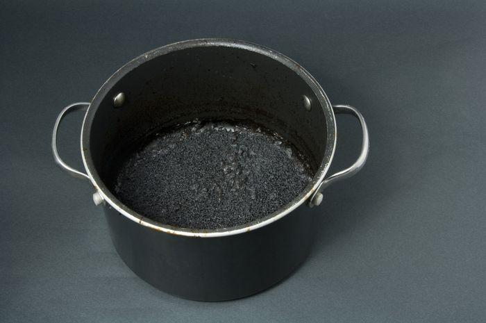 Membersihkan kerak di panci dengan cara alami
