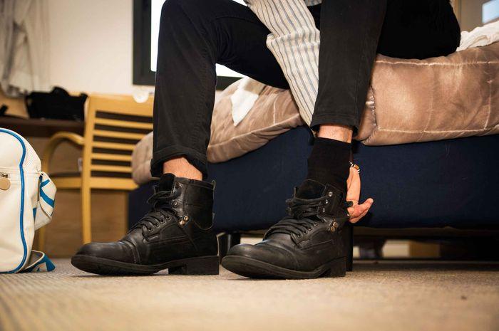 Menggunakan sepatu didalam rumah