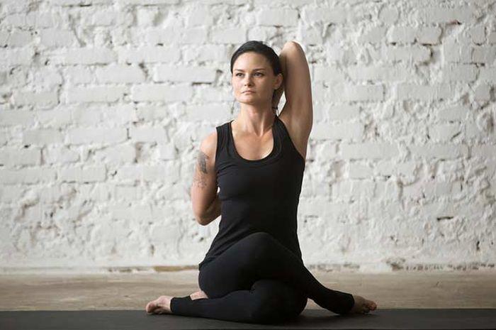 Latihan yoga tidak harus dilakukan setelah makan. Moms bisa melakukan olahraga sehat ini dengan perut kosong.